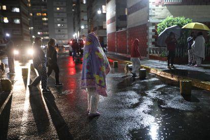 Residentes evacuan sus viviendas tras presentarse un sismo hoy martes en Ciudad de México.