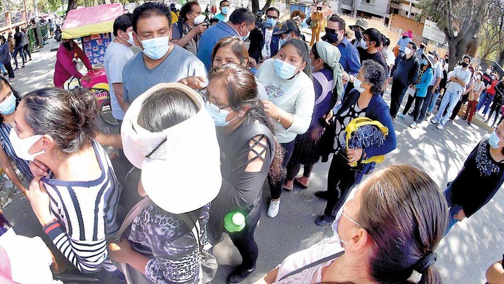 Personas aglomeradas en la avenida Aniceto Arce, durante una protesta por la segunda dosis de Sputnik V. DICO SOLÍS