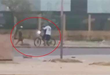 El ciclista fue atacado por dos sujetos. Foto: Captura de pantalla