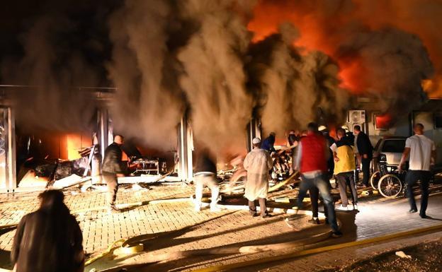 Las llamas arrasan el hospital de Tetovo (Macedonia del Norte)./EFE
