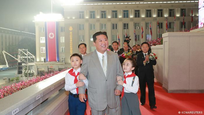 Las retransmisiones de la televisión estatal del desfile y otros actos mostraron a Kim rodeado de cerca por una multitud de personas que le tocaban y le daban la mano.