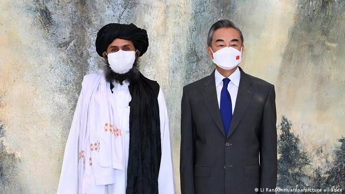 El ministro chino de Exteriores, Wang Yi, y el líder talibán Abdul Ghani Baradar