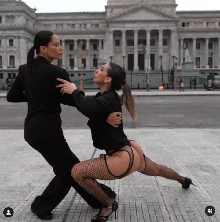 Cinthia Fernández bailando un tango frente al Congreso con un look que generó polémica. Captura de video