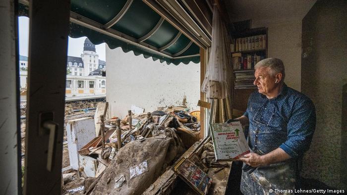 Un hombre mira la destrucción tras el paso de las masas de agua en Bad Neuenahr, Alemania. (17.07.2021).