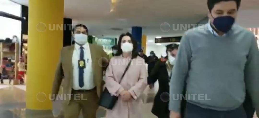 María Lourdes Doria Medina llega al aeropuerto de El Alto