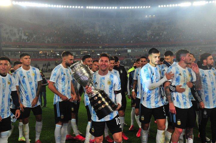 Messi con la Copa América (Carroll).