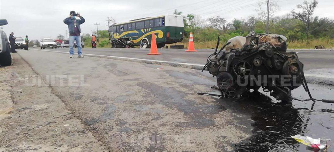 El motor de la vagoneta implicada quedó sobre el asfalto/Foto: Marcela Gutiérrez