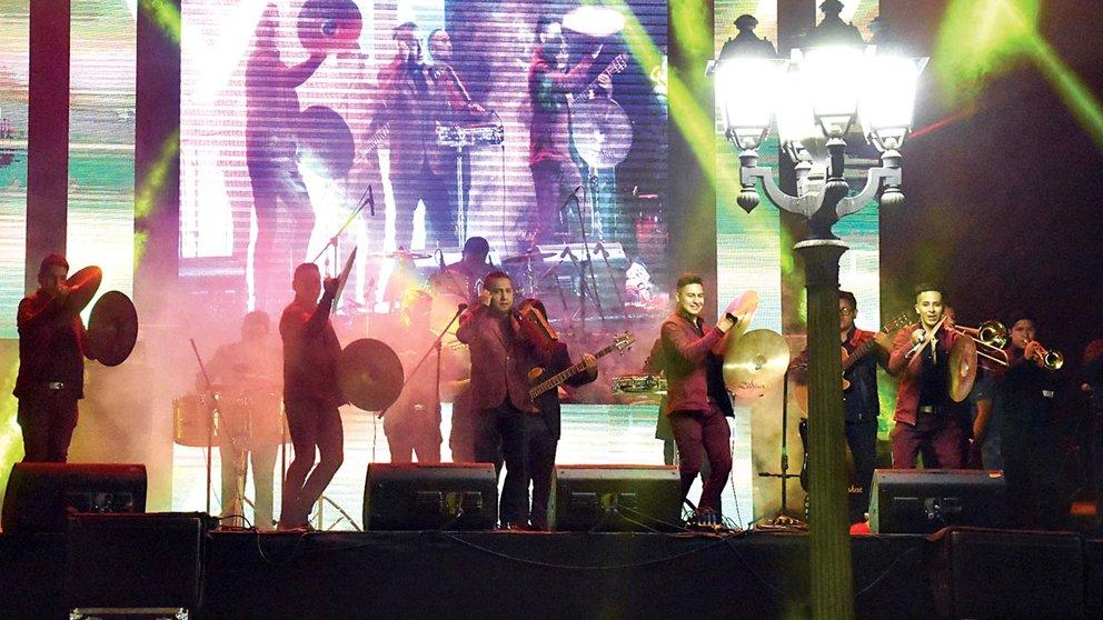 Una agrupación musical durante una presentación en una serenata de Cochabamba. DICO SOLÍS