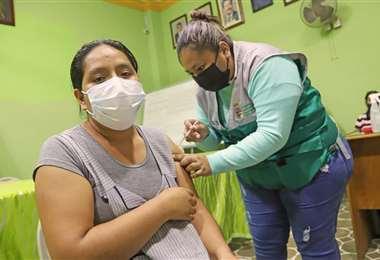 Vacunación contra el coronavirus en mercados de Santa Cruz