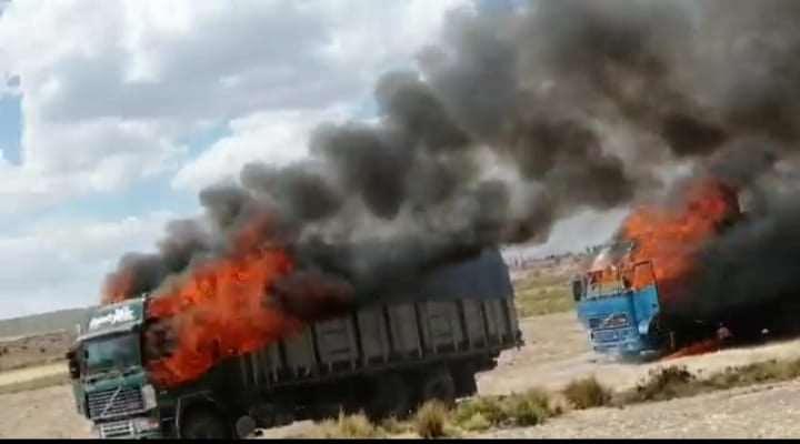 Dos camiones fueron quemados con mercadería de contrabando