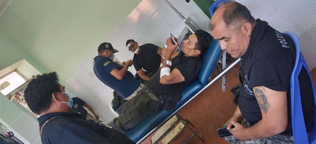 Los tres oficiales heridos en el centro médico