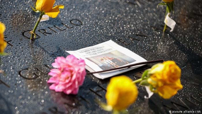 Familiares de las víctimas dejaron flores en el Memorial y Museo del 9/11.