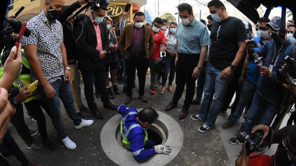 El acto de apertura de válvula en la avenida Ayacucho, este domingo. NOÉ PORTUGAL