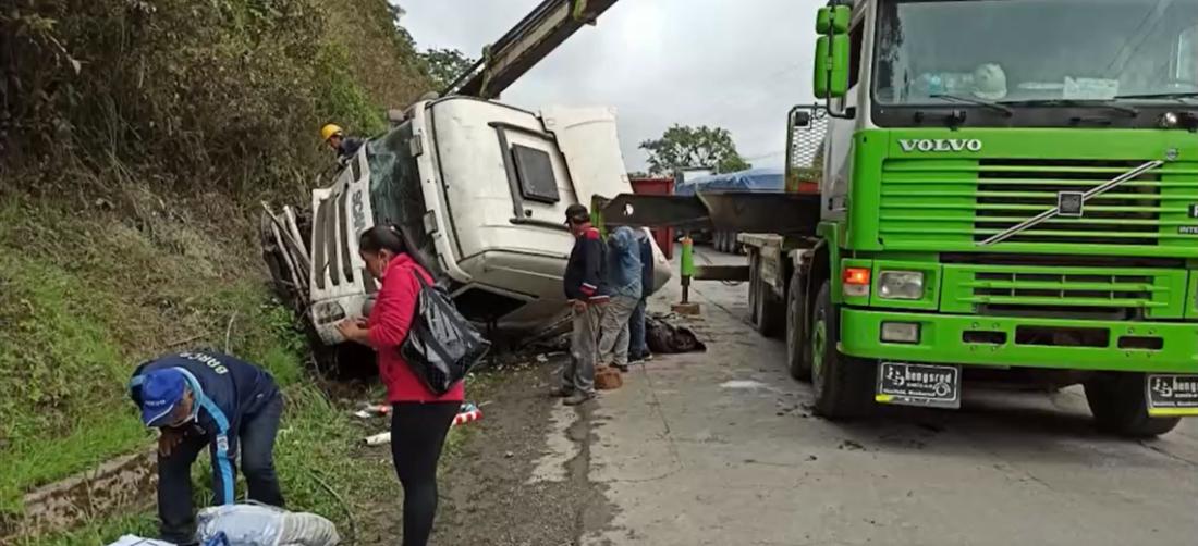 El camión fue encontrado a un lado de la vía con los cuerpos atrapados entre los fierros