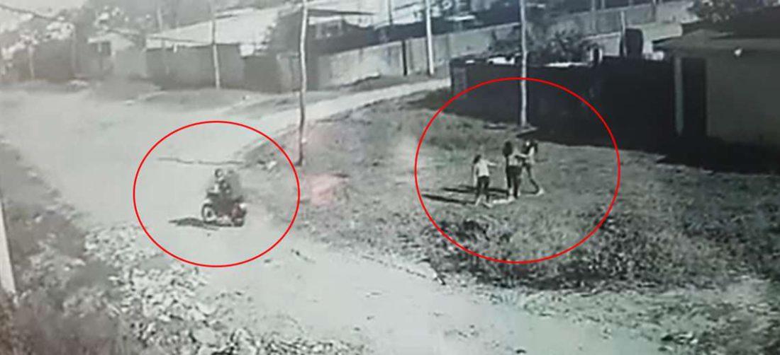 Los delincuentes (izq) escaparon en una moto, las niñas estaban asustadas