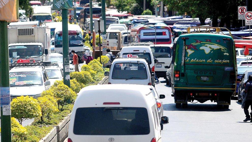 El transporte público actual, que funciona a combustible, en la ciudad de Cochabamba.        NOÉ PORTUGAL