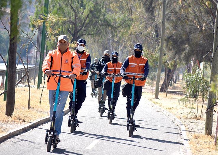 Una prueba del uso de scooters por parte de personal municipal.       DICO SOLÍS