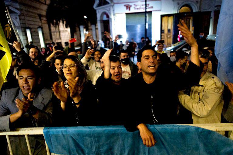Festejos en el búnker de Javier Milei por los posibles resultados obtenidos por el candidato
