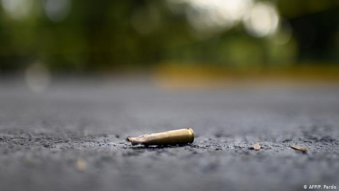 Foto simbólica de un casquillo de bala en el pavimento.