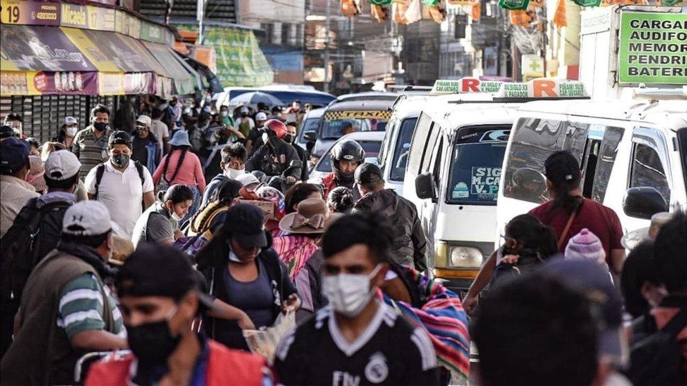 Personas aglomeradas en un mercado de Cochabamba.CRÉDITO: Dico Solís