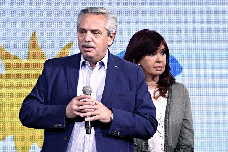 Alberto Fernández reconoce la derrota del gobierno en el búnker del Frente de Todos. Detrás, la vicepresidenta Cristina Kirchner
