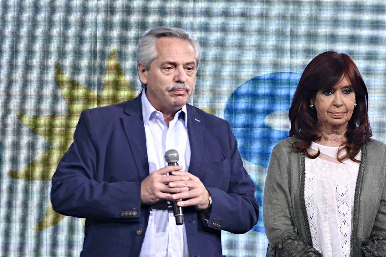La vicepresidenta Cristina Kirchner bascula, dicen, entre promover cuanto antes una renovación profunda del gabinete de su vicario en la presidencia, Alberto Fernández, o seguir actuando una imagen de unidad hasta los comicios generales