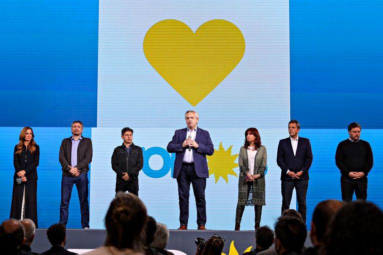 El presidente Alberto Fernández junto a dirigentes y candidatos en el búnker del Frente de Todos