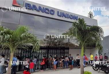 Personas cobran Bono Escolar en Santa Cruz - Foto: Jordy M. Ugarte
