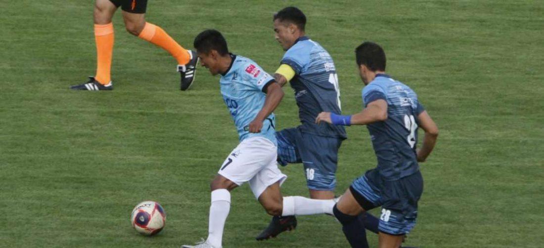 Darío Torrico (7) escapa a la marca del capitán de Blooming, Latorre. Foto: APG Noticias