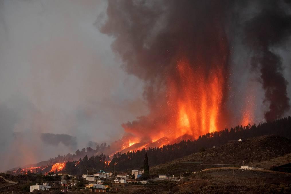 La erupción, la primera que se registra en esta isla en 50 años, forzó a casi 5.000 vecinos a dejar sus casas, desde que comenzó en la tarde del domingo. Foto: AFP.