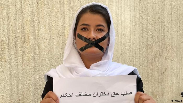 Protesta de mujeres en Kabul, contra la exclusión de las mujeres de la educación y la vida política y pública.