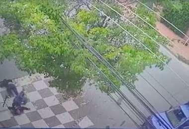 Las dos personas en moto terminaron tiradas en el piso