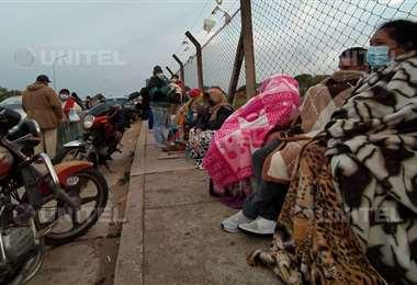Muchas personas deben pasar la noche en la calle para asegurarse su puesto (José Elio)