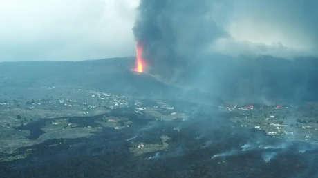Un dron muestra la magnitud de la destrucción causada por la erupción volcánica en la isla española de La Palma (VIDEO)