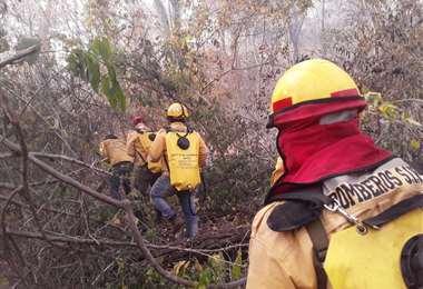 Bomberos forestales permanecen en la zonas afectadas. ARCHIVO