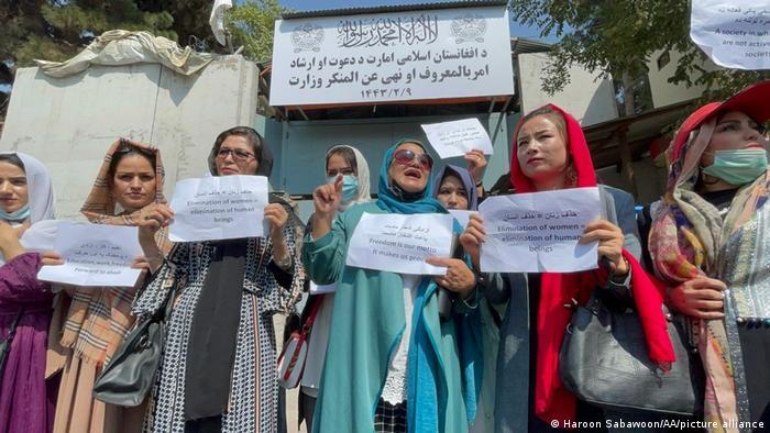Protesta de mujeres afganas en Kabul contra el régimen talibán y sus prohibiciones. (19.09.2021).