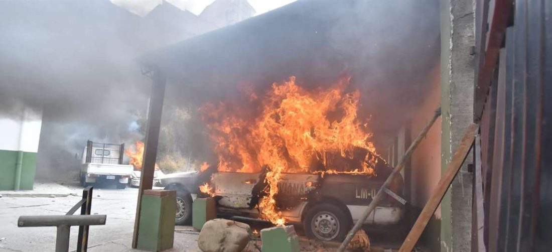 La Policía acusa a los cocaleros de prender fuego a sus patrullas (foto:APG Noticias)