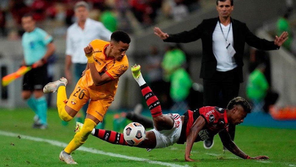 Bruno Henrique Pinto (d) de Flamengo disputa un balón con Byron Castillo de Barcelona, en un partido de las semifinales. EFE