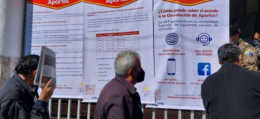 En las puertas de AFP se brinda información / Foto: Vladimir Rojas