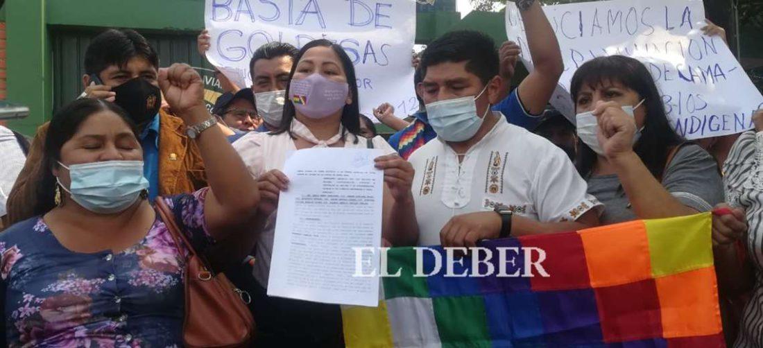 Representantes del MAS presentan denuncia ante la FELCC. Foto: JC Torrejón