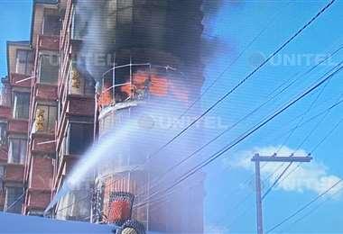Un edificio arde en medio de la gasificación