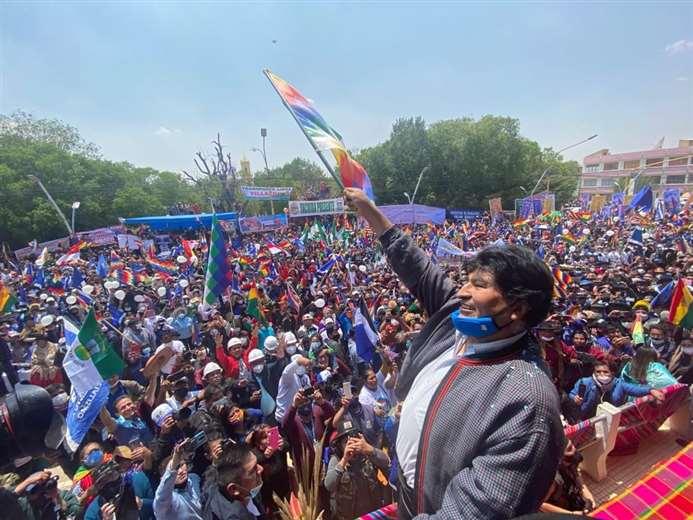 Evo Morales pidió respetar la bandera que representa a los pueblos indígenas.