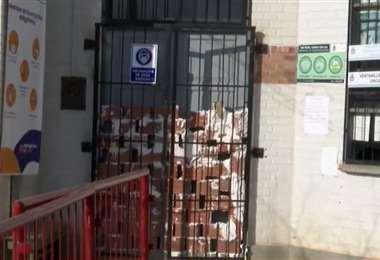 La puerta principal de la Subalcaldía fue tapiada para impedir que ingresen (UNITEL)