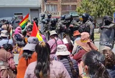 El grupo de mujeres cocaleras se arrodillaron frente a los efectivos (Foto. Carla Mercado)