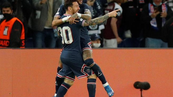 Messi y Neymar celebran un gol del argentino.