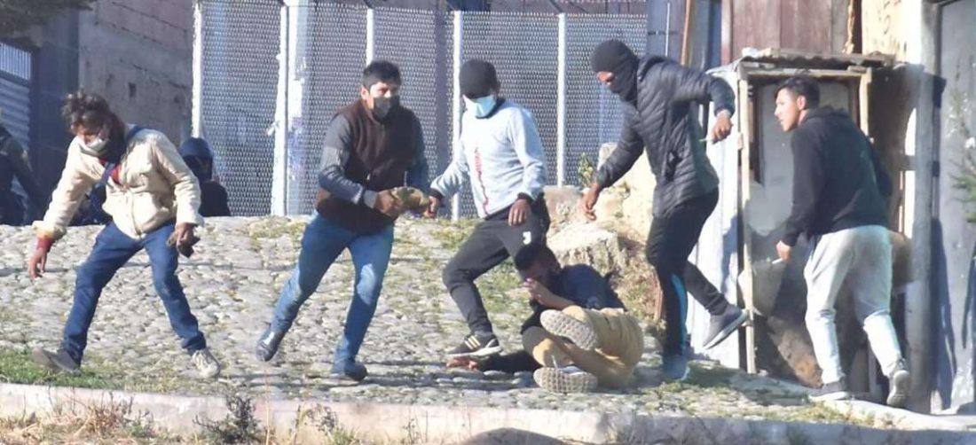 """Los """"encapuchados"""" que actúan a vista y paciencia de la Policía (Foto:APG Noticias)"""