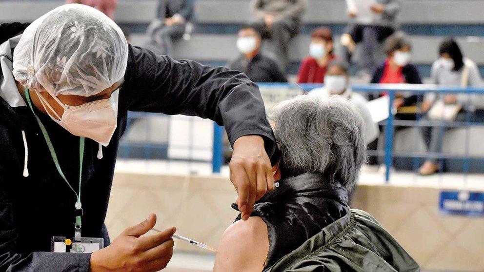 Una persona recibe la vacuna anticovid en un punto de la Costanera, en Cochabamba. DICO SOLÍS