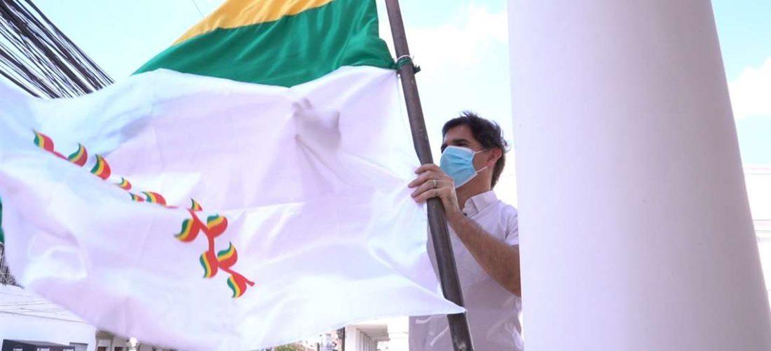 Concejo Municipal embandera con la bandera del Patujú para recibir la marcha
