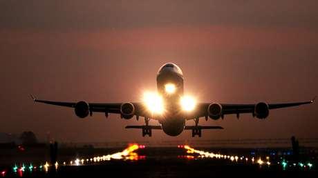 FOTO: Un avión de pasajeros en EE.UU. se incendia al despegar tras chocar contra un ave
