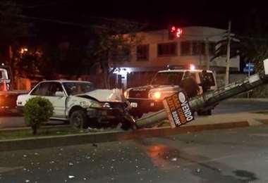 El vehículo quedó prácticamente sobre el poste dejando serios daños materiales
